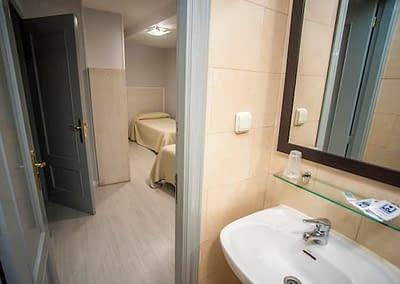 Baño y habitación del Hostal Santa Bárbara