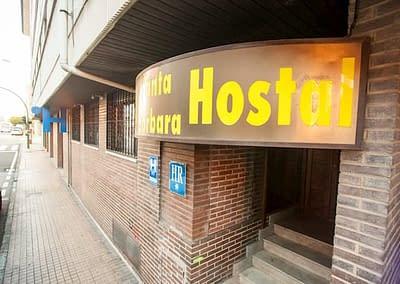 Fachada de hotel barato en Soira - Hostal Santa Bárbara