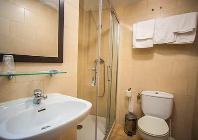 Cuarto de baño de habitación triple de Hostal Santa Bárbara