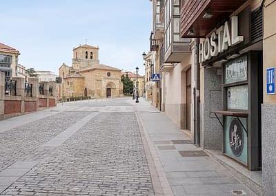Alrededores de Hostal Caballeros con San Juan de Rabanera al fondo